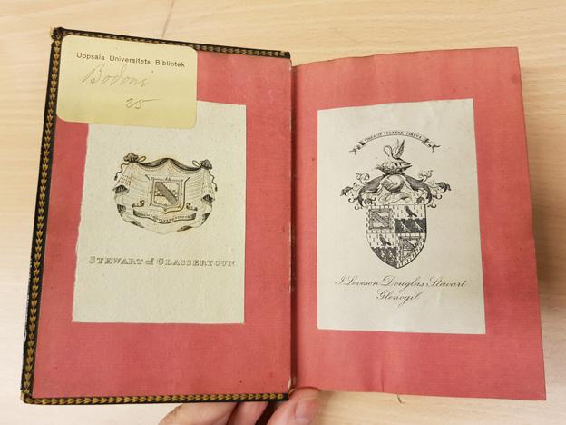 ett uppslag med två inklistrade exlibris