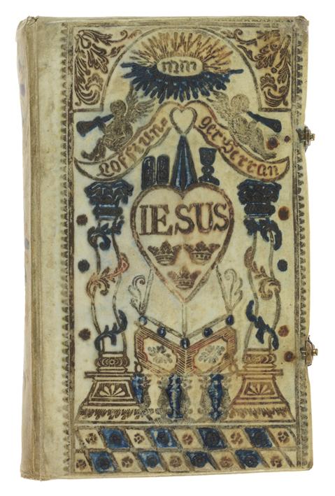 bokband av vitt pergament med guldtryck i form av hjärta och annan dekoration, vissa delar ifyllda med grönt
