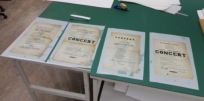 fyra fuktiga affischer ligger på ett grönt bord