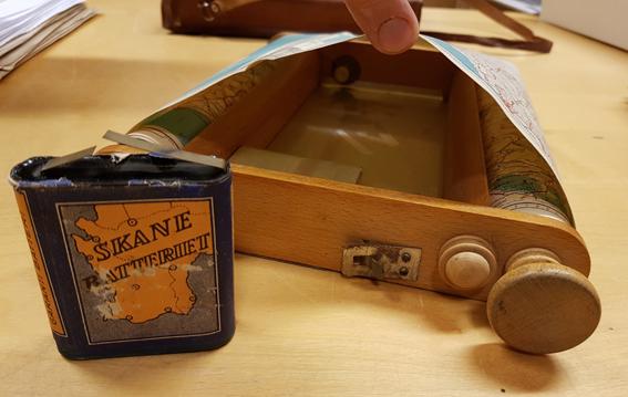 ett batteri framför kartan