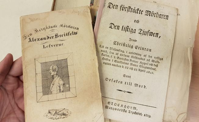 några äldre tryckta broschyrer liggande i en kapsel