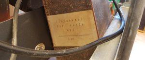 en gammal pappkapsel med etikett med text Stanshuvud för runda hål, 2 stycken