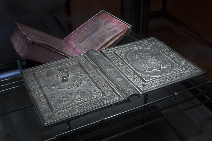 silverbibelns silverpärmar, i bakgrunden silverbibelns purpurfärgade blad