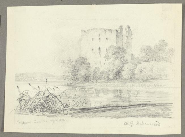 en ruin av ett fyrkantigt slott liggande vid en sjö med buskage framför