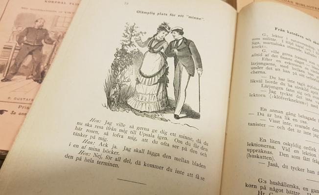 ett uppslag i boken med en bild på en student med studentmössa och en kvinna med 1800-talsklänning
