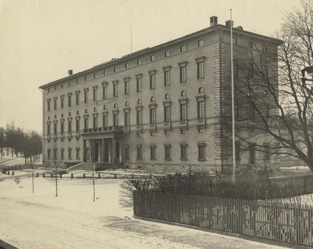 Carolina Rediviva-byggnaden utifrån, med ett par små träd i förgrunden
