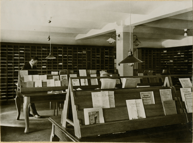 ett rum med massor av fack utmed rummets väggar, samt ställingar på golvet där tidskrifter står uppställda