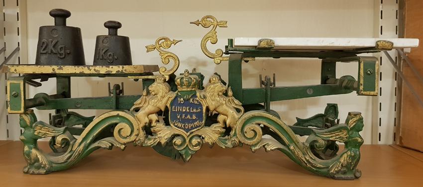 en våg i grönt gjutjärn med guldmålade detaljer