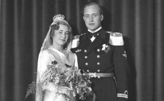 brudparet, hon med krona på huvudet och han i uniform med epåletter