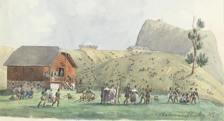i förgrunden en dam som blir buren i bärstol av två män, ett sällskap står och pratar med varandra, bakom dem ett rött hus, långt i fjärran ett högt berg