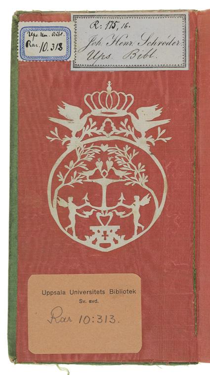 insidan av pärmen är klädd med rött papper, varpå är klistrad en vitt silhuettklippning