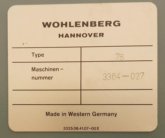 en plakett med firmanamn och maskinnummer