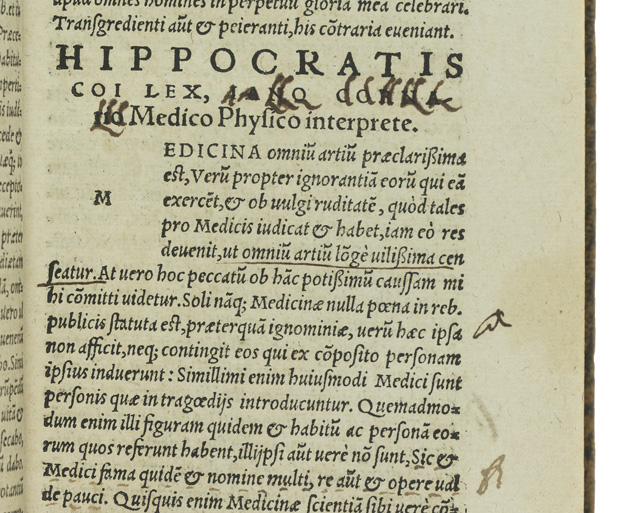 detalj från en sida i boken med svårtolkat kladd av vesalius hand samt några inritade fingrar som pekar mot texten