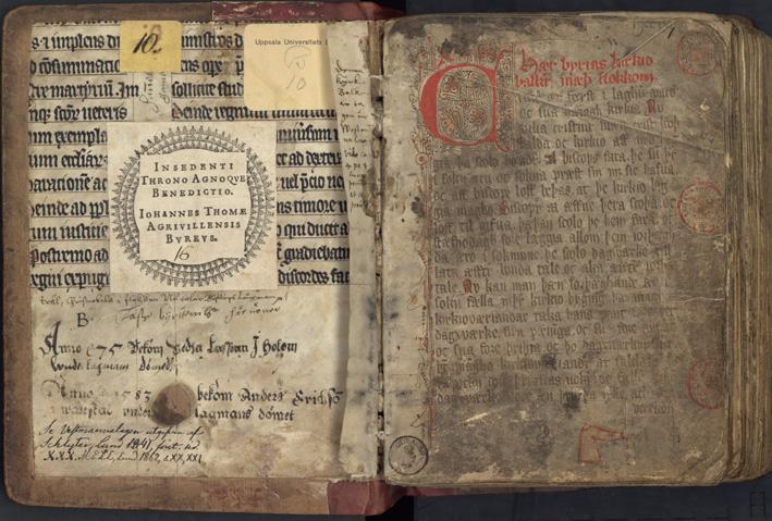 insidan av främre pärmen med Johannes Buréus exlibris samt första sidan i volymen med bokstäver i rött och svart