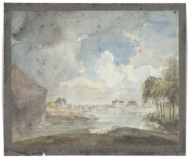 tsikt över en damm med träd och en herrgård på höger sida, och mindre hus samt en stor lada på den vänstra sidan, större delen av bilden blå himmel med moln