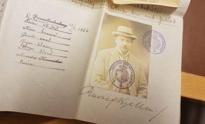 detalj från passet med Kjelléns porträttfoto