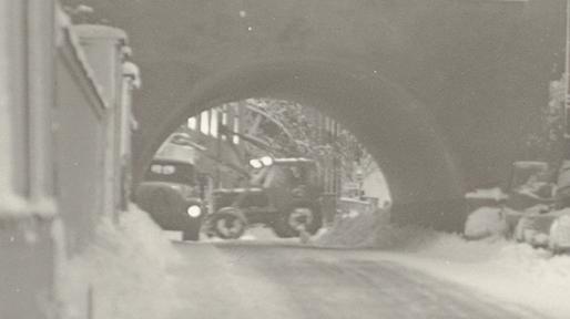 närbild på traktorn genom valvet