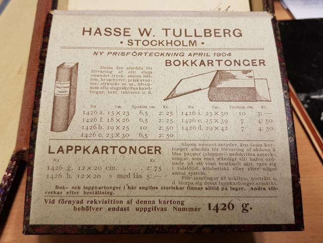 reklam för Hasse W. Tullbergs på insidan av en kartong