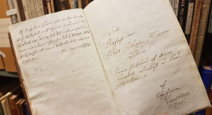 ett uppslag i en bok med två handskrivna noteringar