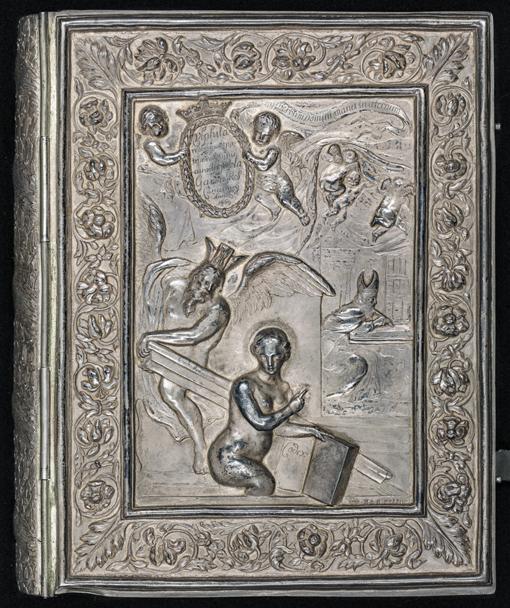 framsidan av pärmen med en naken dam som håller silverbibeln i ena handen, över henne ett par putti och en bevingad gestalt, samt Theoderik som sitter och skriver Silverbibeln på sin kammare
