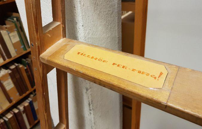 ett steg på en stege i närbild, på denna sitter en gul lapp med texten tillhör per-mag!