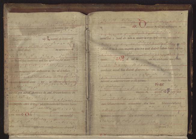 Nothandskrift i rött och svart inklistrad längst bak i volymen