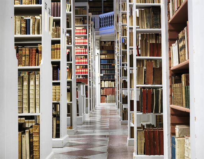 bokhyllor fulla med böcker